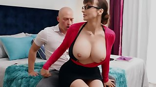 Nerdy MILF with big tits thinks sex is along to best cure-all of trestle