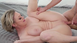 Mr Big mature blonde Dee Williams loves having sexual connection nearby a younger guy